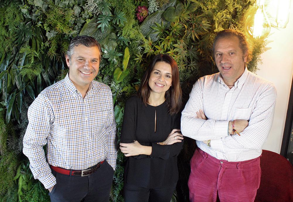 Maika F. Aparicio junto a los arquitectos de El Puerto, Jesús y Carlos Paniagua